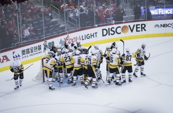 I Pittsburgh Penguins festeggiano con il loro portiere.