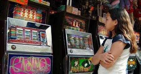 Bambina di fronte a slot machine