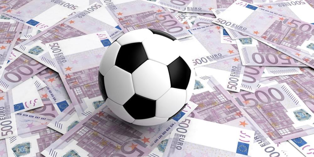 Un pallone sopra delle banconote