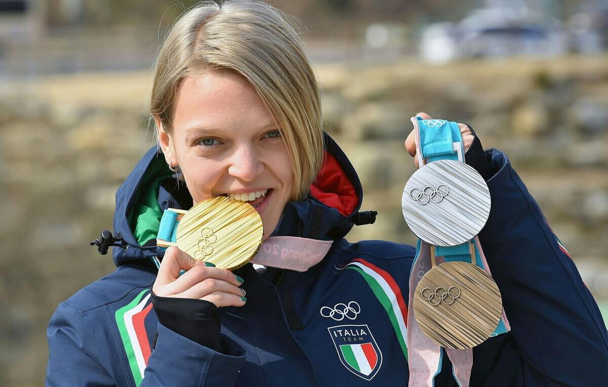 Arianna Fontana con le medaglie vinte a PyeongChang 2018