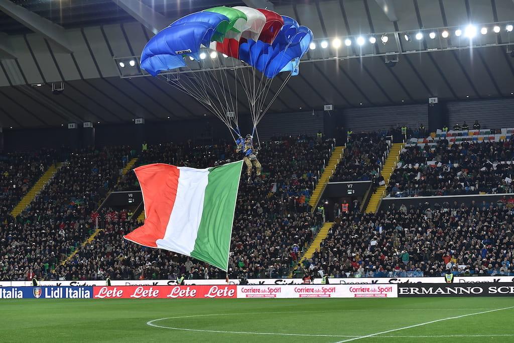 La bandiera dell'Italia in uno stadio di calcio