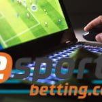 Il logo di esportsbetting.com con un laptop sullo sfondo