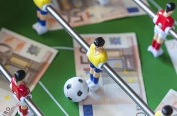 Un calcetto da tavolo e delle banconote da 50€
