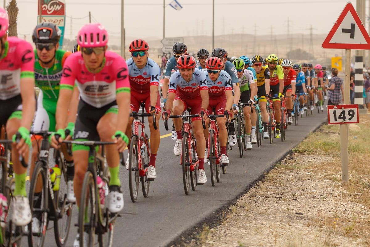 I corridori del Giro d'Italia 2018 nel deserto lungo la terza tappa