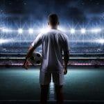 Un calciatore in uno stadio in attesa di fare il suo ingresso in campo