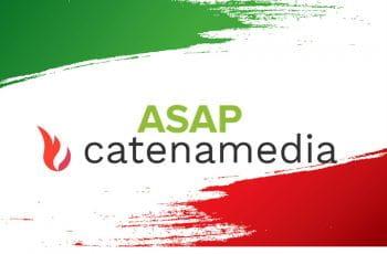 I loghi di ASAP e Catena Media, sullo sfondo i colori della bandiera italiana