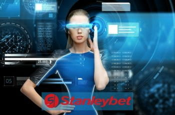 Un robot dalle sembianze femminili con, sullo sfondo, delle schermate di computer