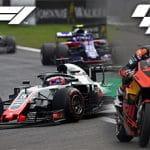 I loghi di F1 e MotoGP con delle macchine e moto in gara