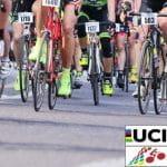 Un gruppo di ciclisti in azione durante una corsa, il logo UCI e quello dei Campionati del Mondo 2018 su strada in svolgimento a Innsbruck