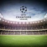 Un campo di calcio con il logo della uefa champions league