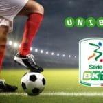 Un campo di calcio, un calciatore, un pallone, il logo Unibet e il logo Serie BKT