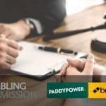 Martelletto da giudice, mani che scrivono una sanzione, i loghi di UK Gambling Commission e PaddyPower Betfair
