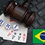 Tastiera per pc, martelletto da giudice, carte da gioco, bandiera del Brasile