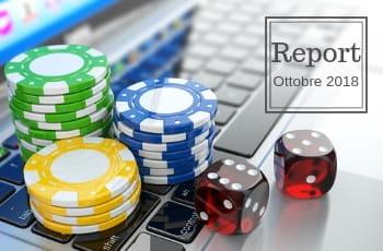 """La tastiera di un laptop con due dadi da gioco e tre mucchietti di fiche verdi, gialle e blu, con il testo """"Report ottobre 2018"""""""