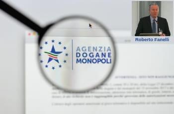 Una lente d'ingrandimento sul logo dell'Agenzia delle Dogane e dei Monopoli e la foto di Roberto Fanelli