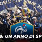 Calciatori della nazionale francese di calcio che esultano dopo la conquista della Coppa del Mondo 2018, con il simbolo della Federazione calcistica e la scritta