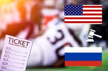 La ricevuta della schedina di una scommessa in lingua inglese, le bandiere di Usa e Russia e l'icona del martelletto di un tribunale. Sullo sfondo, giocatori di football americano in azione durante una partita