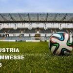 Un pallone da calcio sul prato in uno stadio e la scritta Industria scommesse 2018