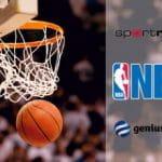 Un canestro da basket, logo NBA, logo Sportradar, logo Genius Sports