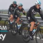 Ciclisti del Team Sky in azione e il logo del Team Sky