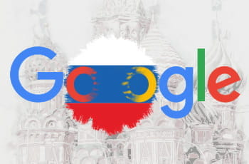 Il logo di Google con la bandiera russa in sottofondo, la cattedrale di San Basilio come immagine di background