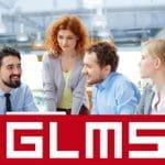 Due donne e tre uomini riuniti attorno a un tavolo durante un meeting e il logo di GLMS