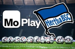 Una serie di palloni da calcio disposti in uno stadio, con i loghi di MoPlay e dell'Hertha Berlino