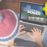 Uno scommettitore che piazza una scommessa al computer e la bandiera della Svezia