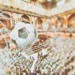 Un pallone da calcio che entra in rete e, sullo sfondo, l'aula della Camera dei Deputati al Parlamento Italiano