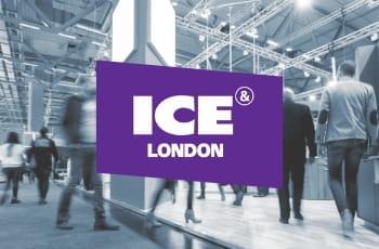 Il logo della fiera ICE London e gente che cammina in una fiera come sottofondo