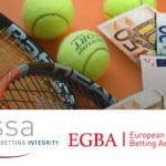 Il logo di ESSA e il logo di EGBA, delle racchette da tennis, delle palline da tennis, delle banconote in euro di diversi tagli
