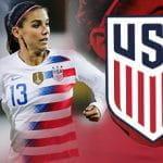 Alex Morgan, attaccante della nazionale USA di calcio femminile, e il logo della federazione calcistica statunitense