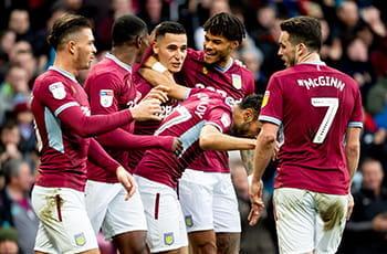 Alcuni giocatori dell'Aston Villa esultano dopo un gol