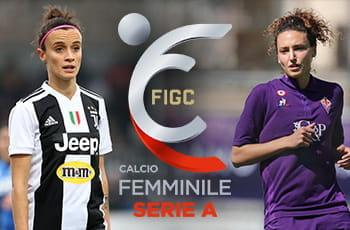 Barbara Bonansea con la maglia della Juventus, Ilaria Mauro con quella della Fiorentina e il logo della Serie A femminile di calcio