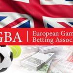 Un pallone da calcio, uno da tennis, mazzette di banconote, la bandiera del Regno Unito e il logo di EGBA