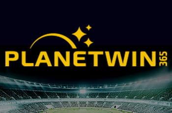 Uno stadio da calcio illuminato prima di una partita in notturna e il logo di Planetwin365