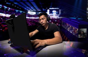 Un giocatore di eSports davanti a un computer durante un evento
