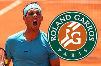 Rafa Nadal e il logo del Roland Garros