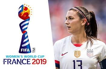 Alex Morgan con la maglia della Nazionale USA e il logo della Coppa del Mondo di calcio femminile 2019