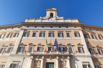 La facciata del palazzo della Camera dei Deputati a Roma