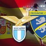 Un calciatore, la bandiera della Spagna e i loghi di Lazio e Frosinone