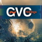 La bandiera spagnola, il logo di GVC Holdings, la bandiera del Regno Unito, in sottofondo un piede che colpisce un pallone da calcio