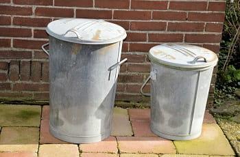 Due bidoni dell'immondizia