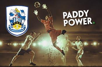 Il logo dell'Huddersfield, il logo di Paddy Power, un portiere di calcio in uscita alta per prendere un pallone prima degli attaccanti