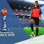 Una calciatrice e il logo dei Mondiali femminili 2019