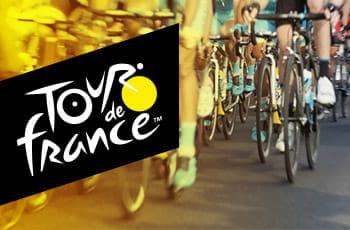 Il logo del Tour de France e un gruppo di ciclisti in azione
