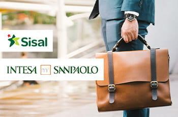 Un manager con una valigia e i loghi di Sisal e Intesa San Paolo