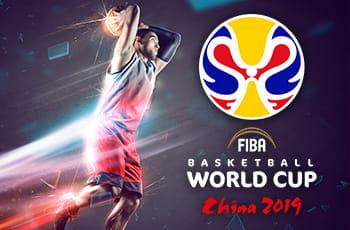 Un giocatore di basket schiaccia a canestro e il logo dei Mondiali 2019