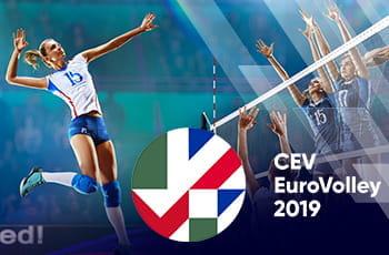 Giocatrici di pallavolo in azione e il logo degli Europei femminili 2019