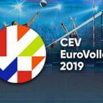 Il logo degli Europei di volley CEV 2019, sullo sfondo giocatori generici di pallavolo impegnati in una partita
